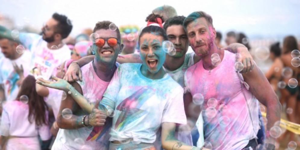 """Grande festa di colori per oltre 15.000 """"eroi"""" che al tramonto hanno invaso il lungomare di Lignano Sabbiadoro"""